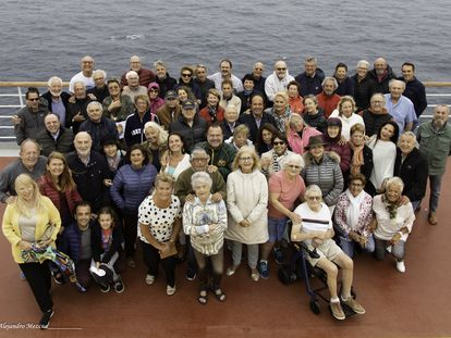 Los pasajeros españoles del 'Costa Deliciosa', en una foto de grupo este domingo.