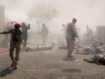 Soldados heridos tras el impacto de un misil balístico lanzado por los Huthi, durante una ceremonia de graduación, este jueves en Adén. En vídeo, imágenes de los atentados.