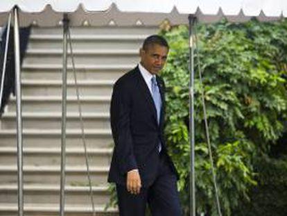 """El presidente de Estados Unidos, Barack Obama, se dirige al helicóptero presidencial """"Marine One"""" para emprender un viaje a Arizona y California, a su salida de la Casa Blanca, en Washington, EE.UU. este martes 6 de agosto de 2013."""
