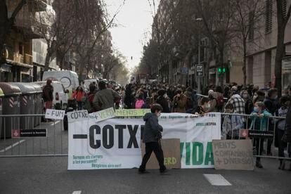 Manifestación frente al colegio Dovella, este viernes en Barcelona.