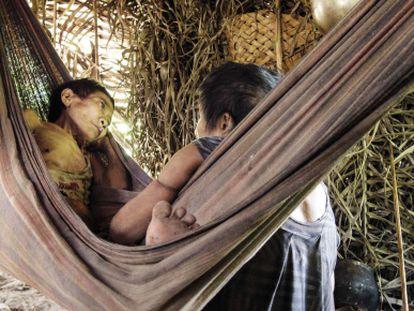 Una mujer awá guajá reposa enferma tras romper su aislamiento en enero.