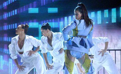Rosalia actúa en los Billboard Latin Music Awards.