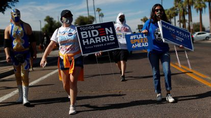 Varias personas promueven el voto, en Phoenix (Arizona) el 31 de octubre.