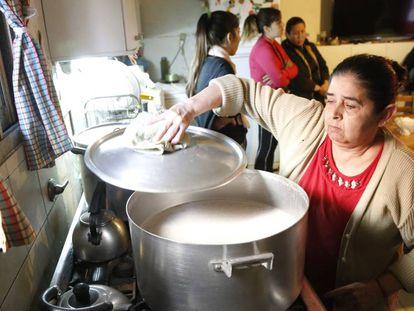 Cocina del merendero 'Los días más felices' de barrio Rivadavia, en Buenos Aires. En vídeo, declaraciones de varios activista sociales.
