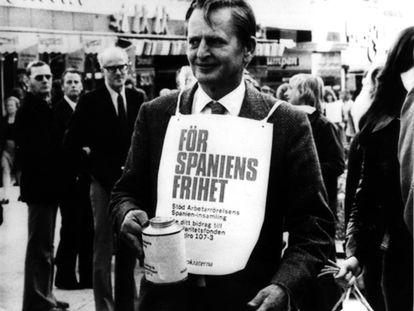 El primer ministro sueco, Olof  Palme, pide dinero para la oposición española, en octubre de 1975, en un mercado de Estocolmo.