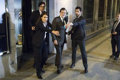 Rajoy sale del restaurante donde pasó la tarde del jueves.