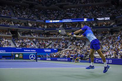 Djokovic devuelve de revés durante la semifinal contra Zverev en la pista Arthur Ashe.