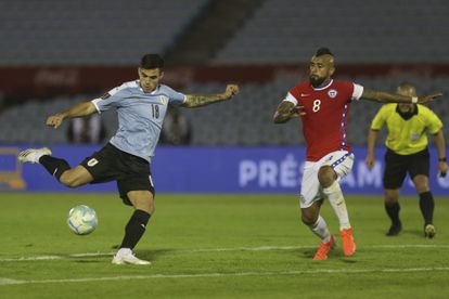 Maximiliano Gómez, de Uruguay, anota el gol del triunfo 2-1 sobre Chile.