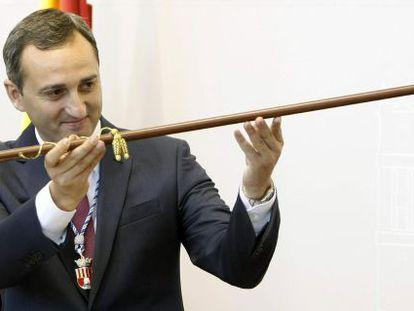 César Sánchez, alcalde de Calpe, con el bastón de mando de la Diputación de Alicante