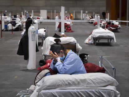 Una mujer en el hospital instalado en el pabellón 5 de Ifema de Madrid a finales del mes de marzo.