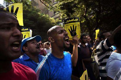 Miembros de los Hermanos Musulmanes protestan a favor de Morsi el viernes.