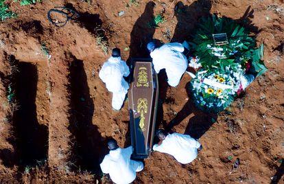 Una imagen del cementerio de São Paulo, Vila Formosa, que durante los últimos días ha recibido hasta 80 fallecidos por covid en una sola jornada.