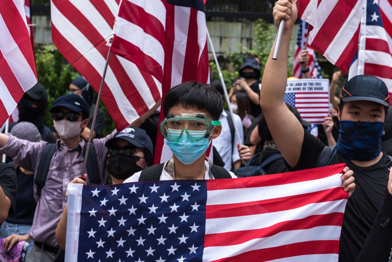 Ciudadanos de Hong Kong se manifestaban el pasado septiembre con banderas de EE UU.