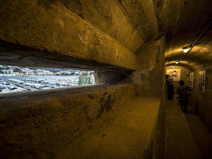 El nido de ametralladoras del Turó dels Guíxols, desde donde se domina la bahía de Sant Feliu de Guíxols.