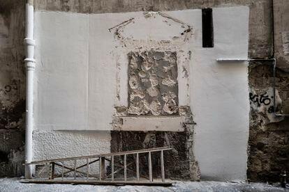 El altar dedicado a Luca Caiafa, arrancado por la policía por ser considerado ilegal.