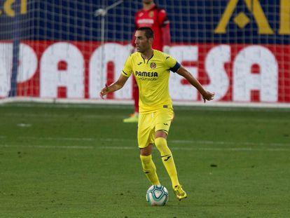 Bruno Soriano conduce el balón durante el partido contra el Sevilla. / EFE