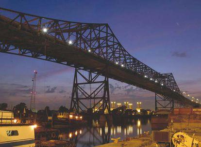 Cintra, filial de Ferrovial, gestiona el Skyway Bridge de Chicago, una serie de puentes de peaje por los que transitan decenas de miles de vehículos al día. BBVA ha comprado este año el banco Compass, con sede en Alabama.
