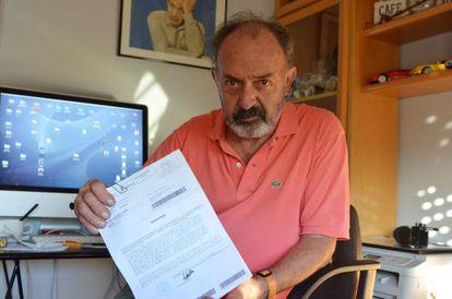 El fotógrafo Pedro Corro muestra la carta en la que se le notifica la negativa a su jubilación