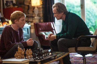 Domhal Gleeson, aquí junto a Bill Nighy, busca el amor en su pasado en 'Cuestión de tiempo'.