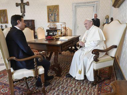 El papa Francisco y el presidente del Gobierno italiano, Giuseppe Conte, durante la audiencia que el Papa le concedió el 30 de marzo.