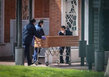 Traslado de un féretro, este martes en el crematorio de La Almudena (Madrid).