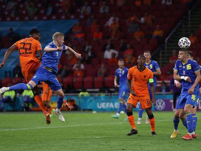 Dumfries marca de cabeza el gol de la victoria de Países Bajos.