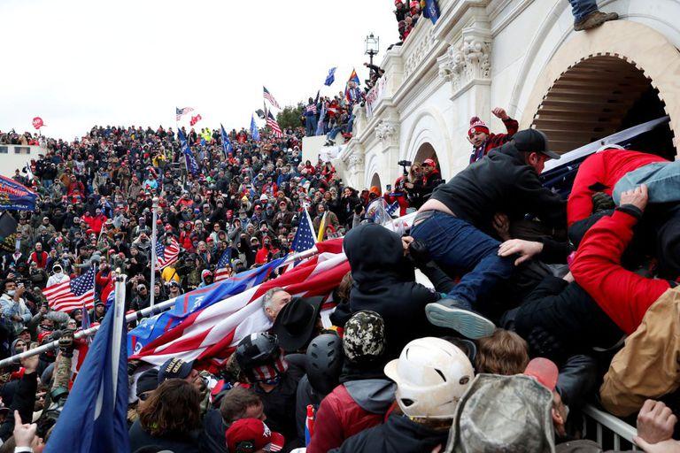 Manifestantes pro-Trump irrumpen en el Capitolio de los Estados Unidos el miércoles.