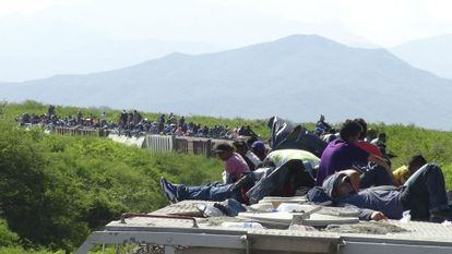 Migrantes viajan encima del tren conocido como La Bestia en Ixtepec (México), en junio de 2014.