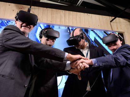Grau, Bartomeu, Gayo y Hoffman viendo el Camp Nou a través de unas gafas de realidad virtual.