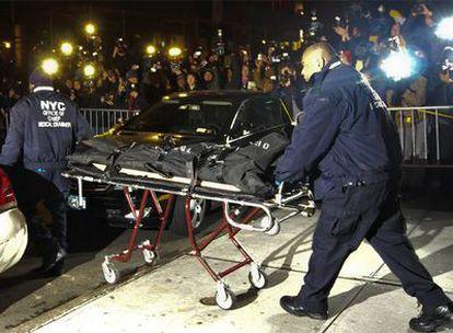 Los servicios médicos, con el cuerpo del actor Heath Ledger