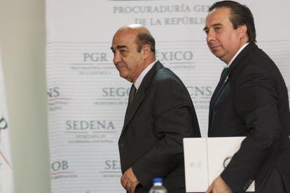 Jesús Murillo Karam entonces procurador y Tomás Zerón director de la Agencia de Investigación Criminal durante una conferencia de prensa el 14 de octubre del 2014.