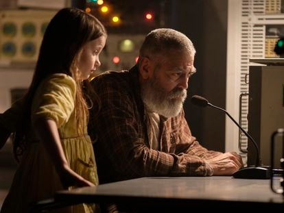 Caoilinn Springall y George Clooney, en 'Cielo de medianoche'.
