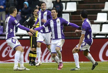 Los jugadores del Valladolid celebran el primer gol