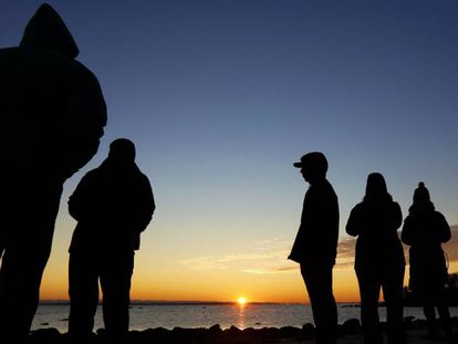 Personas observando el solsticio de invierno en West Island en Estados Unidos.