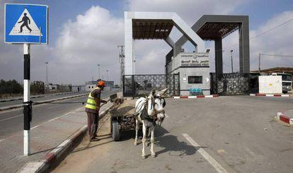 Un hombre y su burro, junto al paso de Rafah, entre Gaza y Egipto el 17 de julio de 2018.