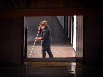 Una trabajadora de la limpieza, en Ciudad de México.