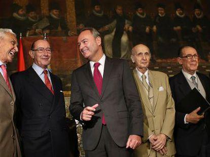 El presidente Fabra, en el centro, con los miembros de la comisión de economía de los Premios Jaime I y el profesor Grisolía.