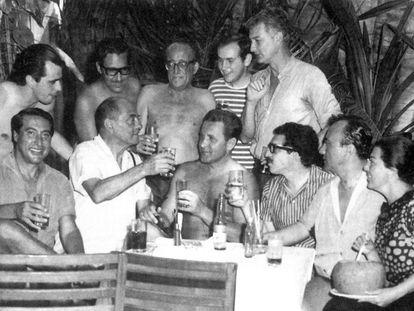 Acapulco, 1965: Gabriel García Marquéz (con gafas, sentado) y a su derecha el cineasta Luis Buñuel.