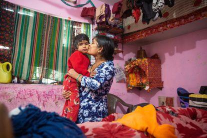 En esta imagen del archivo de la Fundación Gates, Sangam comparte un momento con su hija, Ishika Kumari, en su vivienda de una habitación en una colonia de reasentamiento en la región sureste de Nueva Delhi (India), el 19 de febrero de 2021. Sangam completa sus tareas domésticas antes de irse a enseñar en el centro educativo local.