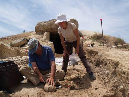 Dos arqueólogos trabajando en la entrada del dolmen de Menga.