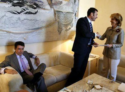 Ignacio González, sentado, mientras Tomás Gómez saluda a Esperanza Aguirre el pasado septiembre en Madrid.