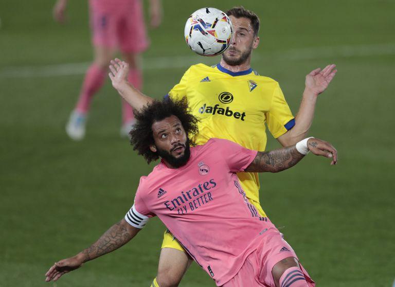 Marcelo trata de proteger un balón ante el cadista Malbasic.