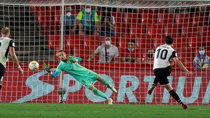 Soler transforma el penalti que colocó el 1-1 definitivo en Los Cármenes.