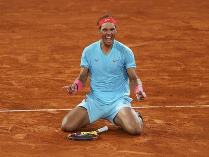 <b>París: el grito del guerrero.</b> Los Internacionales de Francia en Roland Garros se aplazaron de mayo a octubre por culpa de la pandemia. A Rafa Nadal todo le dio igual. Fue eliminando adversarios  hasta la final de París, en la que batió a Novak Djokovic. La imagen muestra el momento en que Nadal se  coronó campeón, el 11 de octubre.