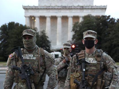 Dos efectivos de Florida de la Guarida Nacional vigilan el memorial de Lincoln.