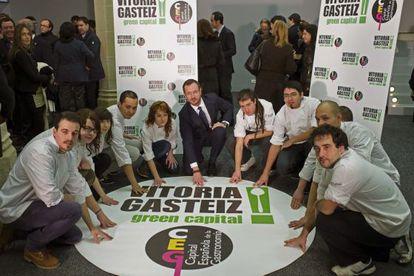 El alcalde de Vitoria, Javier Maroto, junto a alumnos de la Escuela de Hosteleria.