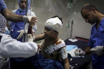 Un niño de 10 años recibe tratamiento médico por las heridas causadas por la ofensiva israelí, este jueves en la localidad de Khan Younis, en el sur de Gaza.