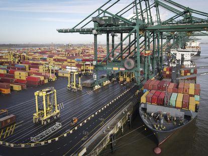 Un barco descarga contenedores en el puerto de Amberes (Bélgica), en febrero.