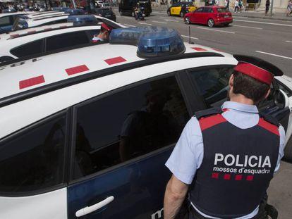 Diversas patrullas de 'mossos' en la ciudad de Barcelona.
