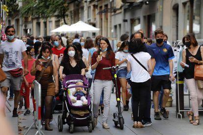 People walking through the center of Girona.  CRISTÓBAL CASTRO